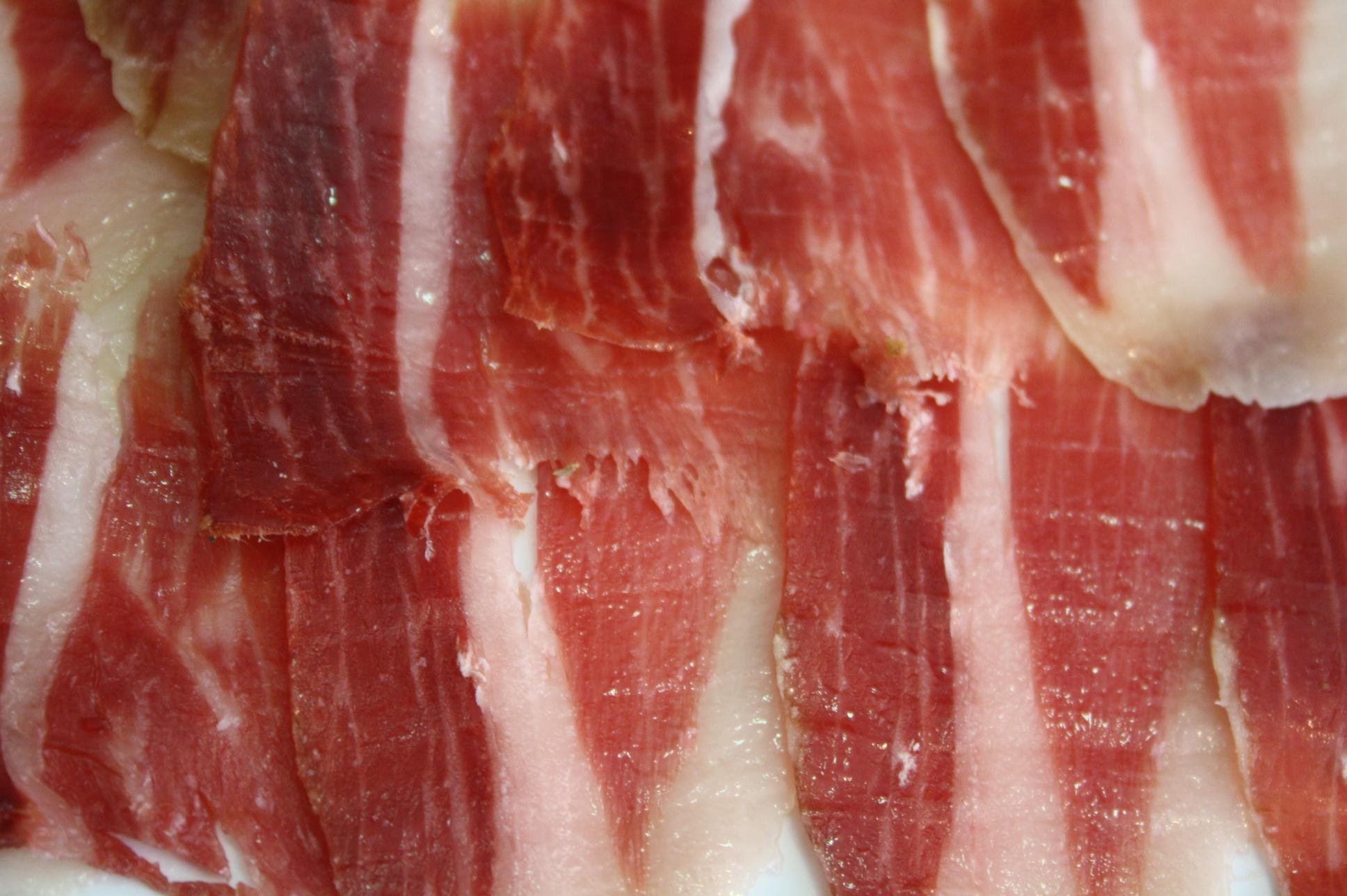 Una vez cortadas, las lonchas se disponen sobre un plato, ordenadas y ligeramente superpuestas