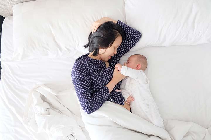 Madre dando de mamar a su bebé