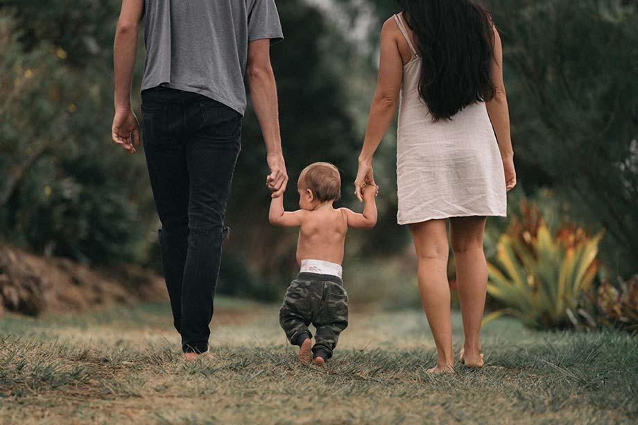 Padre hijo y madre pasean por un parque