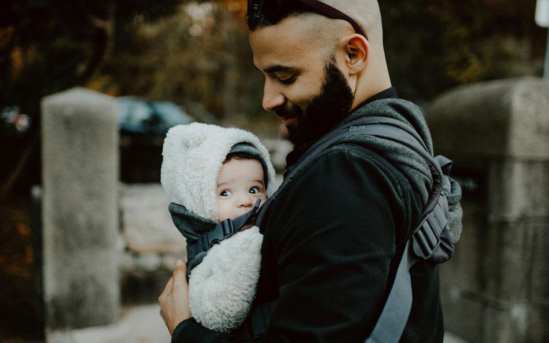 Papá poteando a su bebé