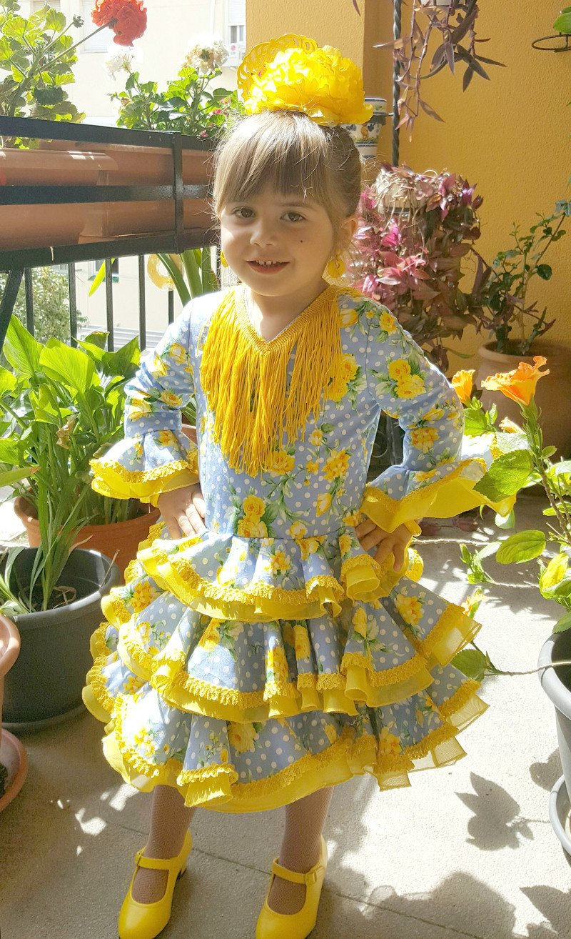 Traje de gitana flamenca para niña corto estampado azul con flores amarillas